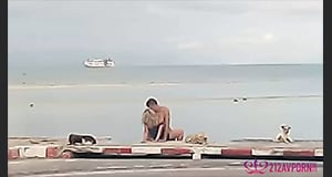 คลิปเด็ด ฝรั่งหนุ่มสาวมีเซ็กซ์ โจ๋งครึ่ม กลางแจ้งริมถนน หมายังมึน