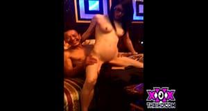 สาวนั่งดริ้ง ให้แขกเย็ดในห้องคาราโอเกะ VIP